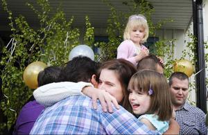Det blev kramkalas mellan föräldrar och barn. Skolavslutning i går kväll såg ut att bli den sista ända till en knapp timme innan avslutningen skulle börja.