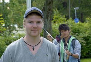 Snickaren och bandytränaren Simon Hansson är med och arrangerar sommarskolans eftermiddagsaktiviteter.