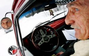 """""""Om alla körde en Fiat 500 skulle det inte vara några problem här i världen"""", säger Bertil Johansson. Bertil var en av många deltagare när veteranbilsrallyt Tjälasvängen genomfördes i lördags.Foto: Henrik Flygare"""
