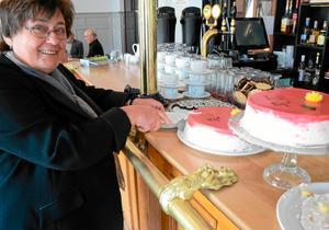 Tårtkalas också. Intresseorganisationen Bergslaget firade 20 år. Ordföranden Inga-Britt Kronnäs tar en bit av jubileumstårtan.