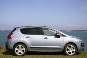 Världens första dieselhybrid, Peugeot 3008 Hybrid 4 är så tyst att den överröstas av havets vågor. Bilen förenar snål diesel med elmotorns nollutsläpp.Foto: Helena Lundberg