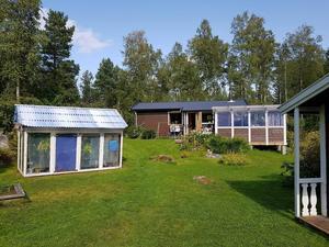 Efter många år av letande hittade Stockholmsparet Lotta Ekstedt och Helena Eriksson till slut ett sommarhus strax utanför Köping.