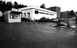 Hammarby centrum 1979. Det gick fortfarande att köpa varmkorv och låna böcker i centrum. Men nu har både biblioteket och grillkiosken försvunnit.