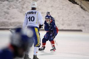 André Sjödin-Granzell tittar upp för att försöka hitta en lucka mot det fysiskt välväxta och skridskostarka motståndarlaget från norr.