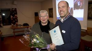Anita Lilja Stenholm (FP) och blåklintsvinnaren Mattias Pålsson.