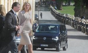Kungabarnens kusin Gustaf Magnuson anländer till kyrkan med höggravida hustrun Vicky.