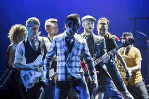 Efter över 115 000 sålda biljetter och 150 utsålda spelningar i Stockholm och Göteborg tar Orup i höst sin succéföreställning Viva La Pop på arenaturné.