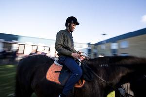Ambes Yemane jobbar som praktikant på Åkershem i Borlänge. – Hästarnas besök betyder mycket för de boende här.
