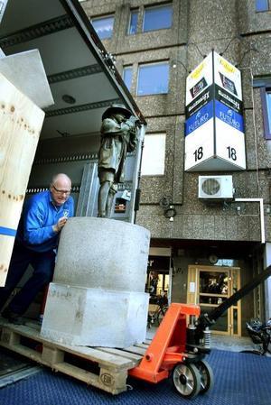 Anländer. Här anländer statyn Vallpojken till Stortorget, efter reparationer av armen.
