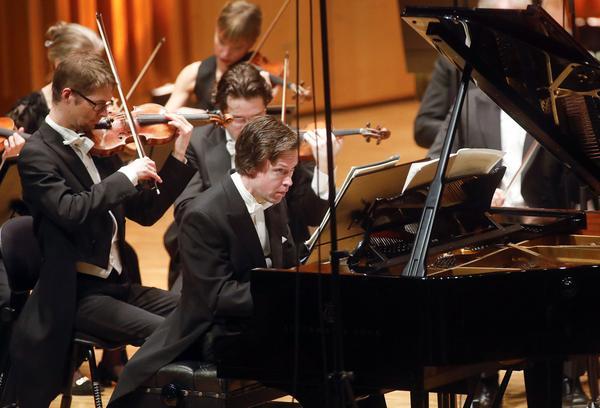 Pianisten Martin Sturfält var en samlad och chosefri solist i Anders Nilssons Pianokonsert nr 1.