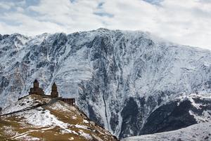 Ovanför byn Stepantsminda nära ryska gränsen i norr ligger Gergeti Trinity Church, en georgisk-ortodoxkyrka, på 2170 meters höjd. Intill reser sig berget Kazbegi som är 5043 meter högt.