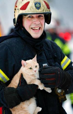 Peter Lindgren från Räddningstjänsten räddade en katt från en lägenhet i det brinnande huset på Körfältet. Ingen människa skadades i branden.