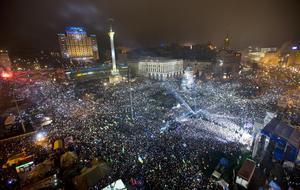 Pro-europeiska aktivister firar in det nya året 2014. Minst 100 000 människor samlades på Maidantorget för att sjunga nationalsången. Protesterna som fört människor samman är att man vill se att landet fullföljer närmandet till EU. Senare kommer president Janukovitj att fly, Ryssland invadera och annektera Krim och kriget i östra delarna av landet bryter ut.