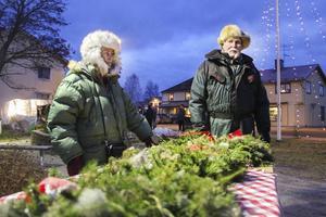 Ulla och Robert Johansson från Korskrogen sålde julkransar.