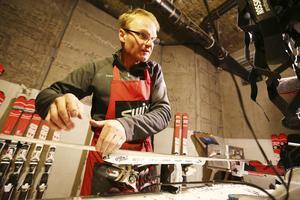 Losze Debelak är skiddoktor i svensklägret med tolv års erfarenhet. Han gör stålkanterna rakbladsvassa inför lördagens storslalom som avgörs på rena rama isen.