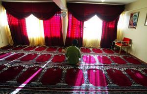 Den lokal som Sundsvalls muslimer använder som moské är ljus och rymlig. Där finns också möjligheter att tvätta sig rituellt innan bön, ett samlingsrum för studiegrupper och ett kök för fika.