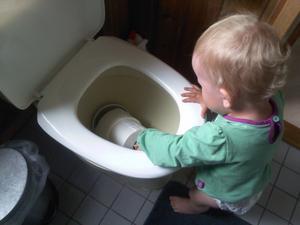 Så här går det när man sitter vid facebook och låter sitt barn leka fritt! Och det bara i någon minut! Det går undan! Fullt upp att vara mammaledig :) Översta rullen klarade sig! Gäster får en ny rulle :)