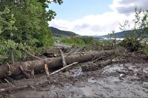 Bondevägen blev avklippt på flera ställen vid Årerasen och flera fastigheter har saknat väg sedan dess. Nu pågår enligt Skistar men ansvarsförhållandena kring vägen är minst sagt komplicerade och behöver redas ut.