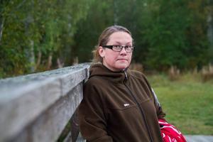 Malin Ekengren, Friggesund, är en av föräldrarna som är upprörda över felaktigheter i Hudiksvalls utredning om eventuella skolnedläggningar.