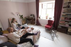 Skippa stora möbler som tar upp mycket väggyta – de tar lätt över och krymper rummet, tipsar Emma och John Sundh.