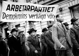 """MINNS 1 MAJ. """"Mannen i mörk rock och hatt till vänster i bilden är min far"""", skriver Bert Lindberg, fotograf, Gästrike-Hammarby."""