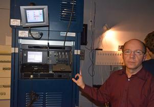Eurostars Richard Liljedahl visar en av de båda digitala filmprojektorerna som installerats på Star Bio. Filmerna kommer på en hårdisk och laddas ner i projektorn.