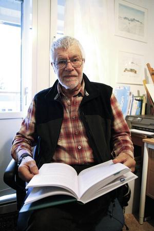 Vid fyllda 77 ger John-Bruno Jakobsson ut en memoarbok om sina år inom politiken i Åre kommun - och han skräder inte orden.
