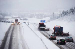 På vägar med mycket trafik är saltning den mest effektiva metoden att bekämpa halka, enligt Trafikverket.
