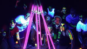 Spelare, racketar, bollar och banor är självlysande tack vare fluorescerande färger.