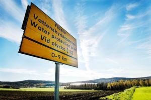 Flästavattnet utvinns ur en grusås intill ett öppet jordbrukslandskap i Flästa, öster om Arbrå.