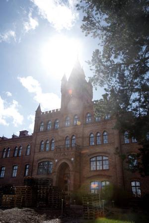 Nya Vallbacksskolan tänker strunta i bibliotekarie och låta en lärare sköta skolbiblioteket.