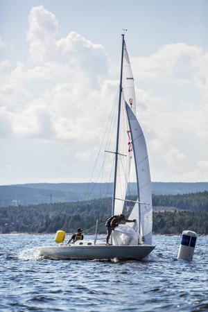 Kristoffer Harmark och Arne Kappinen var oslagbara i sin neptunkryssare under Vindhemsregattans första dag. Fyra segrar på fyra seglingar blev det för duon.