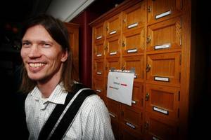 """Martin Alfredsson, som stod i dörren till logen och välkomnade gästerna till Frimurarna i Östersund när det var öppet hus. """"Vi vill avdramatisera verksamheten och visa att vi inte är så hemliga"""", säger han."""