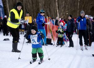 En tour för alla. Längdfestivalens yngste deltagare Jamie Blomqvist, tre och ett halvt år, stakade med ett leende på läpparna. Och fort gick det.