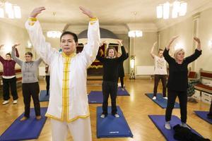 Mjuka långsamma rörelser i ett stilla rum med rogivande svag musik. Qigongövningarna leds av Pu Guang Liu i Härnösand.