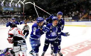 Mikael Johansson skriker ut sin glädje efter 2–0-målet och gratuleras av Jacob Blomqvist och Johan Ryno. Foto: Mikael Hellsten