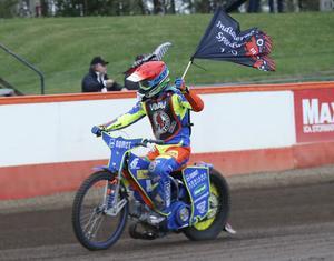 Adrian Miedzinski fick köra ärevarv med indian-flaggan efter en femetta redan i kvällens första heat, och banade väg för Kumlalagets skrällseger mot Rospiggarna med tolv poäng.