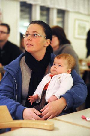 Lilla Nova, 3 månader, var en av de yngsta i publiken. Här i knäet på mamma Cissi Norden.