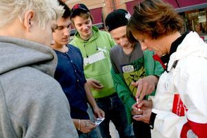 Matilda Ernkrans (S) fick skriva autografer åt Anton Thörqvist, Jonas Tångås, Lars Norin och Mattias Sölving.