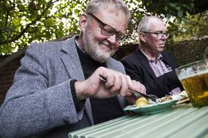 Smakbloggaren Bergs-Lars Hansson tycker att öl passar bra till surströmming. Beskan i ölen går perfekt med strömmingen, säger han.