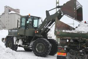 Att få bort ett antal stora snöhögar intill banområdet är det första målet för den militära insatsen.