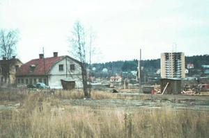 En situationsbild från början av 1960-talet visar hur det centrala Brunnsäng höll på att byta skepnad. Till vänster ser man den gamla, rätt enkla huvudbyggnaden till Brunnsängs gård, närmast ett gårdskontor, som låg utmed Nysättravägen. Flera stadsdelar i Södertälje genomgick en liknande förändring när det moderna Södertälje växte fram.
