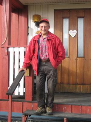 Ragnar på trappan till sitt hus i Föllinge.