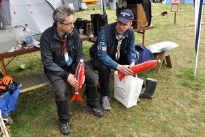 Jörgen Erlandsson, ordförande i Säters scoutkår, i samspråk med Kenneth Stenholm, vice ordförande i Vikmanshyttans scoutkår. De visade även upp några av de raketer som skulle skjutas upp senare under lägret.