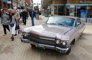 Arne Johansson från Östersund provade om Stortorget var bilvänligt med sin Cadillac från 1960.