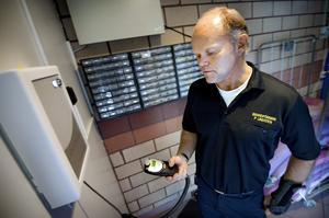 Nolltolerans en självklarhet. Brandförman Pelle Lindsten blåser i alkometern och tycker att alla företag borde införa ett alkolåsskåp.