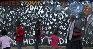 Unga flickor firar Mandela i ett township i Johannesburg.