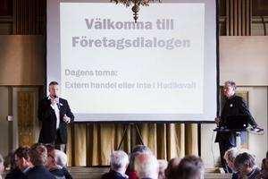 Kommunalrådet Jonas Holm (M) och kommunchef Bengt Friberg välkomnade besökarna.