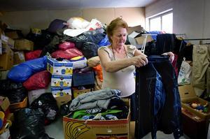 Klädhög. Majvor Lund har fullt upp med att sortera alla kläder som kommit in till Falu second hand under sommaren. Nu är lagret fullt. Foto:Janne Eriksson
