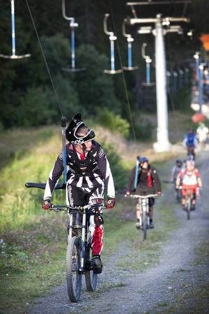 Det har gjorts försök att åka cykel i liften vid Ladänge men Andreas Björk är nöjd med att det är Gustavsbergsliften som nu går.   – Den här drar lite bättre och vi kommer åt fler ställen, säger han.